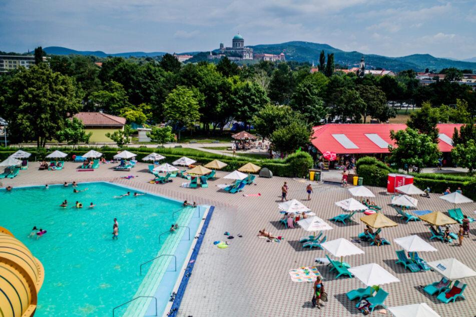 Slowakei, Kolarovo: Badegäste genießen das warme Wetter in einem Schwimmbad nahe der slowakisch-ungarischen Grenze.