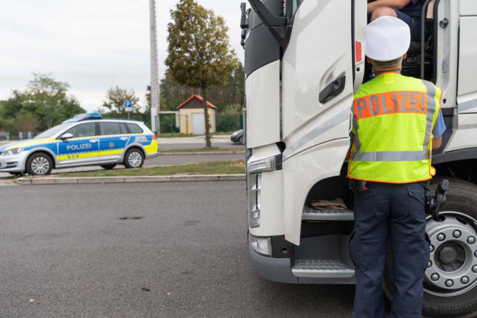 16 Stunden hinterm Steuer: Polizei zieht Laster-Fahrer aus dem Verkehr