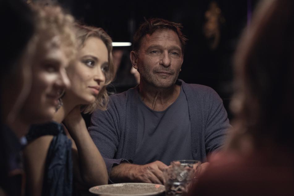 """Thomas Kretschmann (58) und Caro Cult (26) in einer Szene aus der zweiten Staffel von """"Biohackers"""". Kretschmann ist neu dabei und spielt den Sohn des Philanthropen Baron von Fürstenberg."""