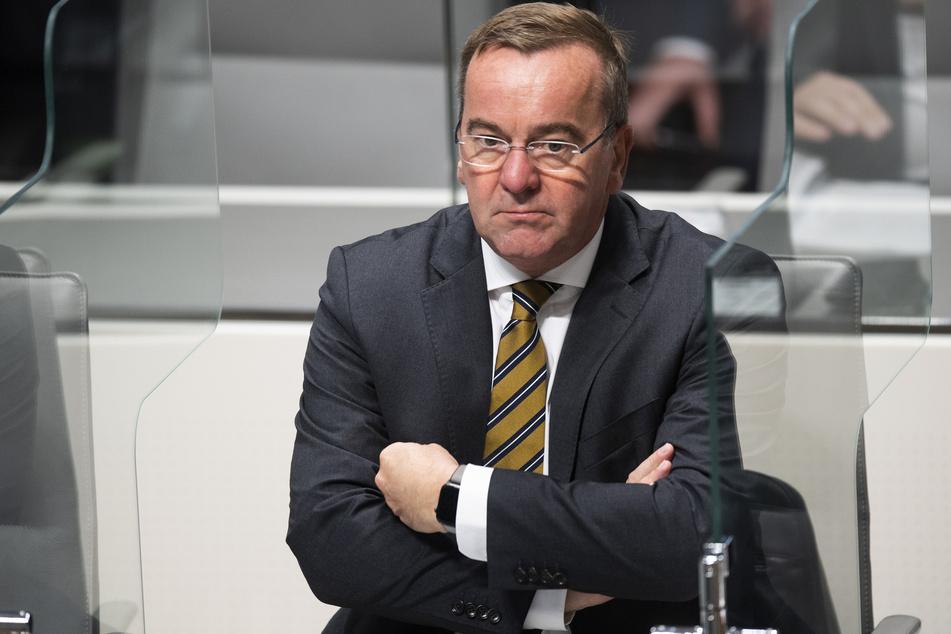 Boris Pistorius (SPD), Innenminister von Niedersachsen, sitzt im niedersächsischen Landtag.