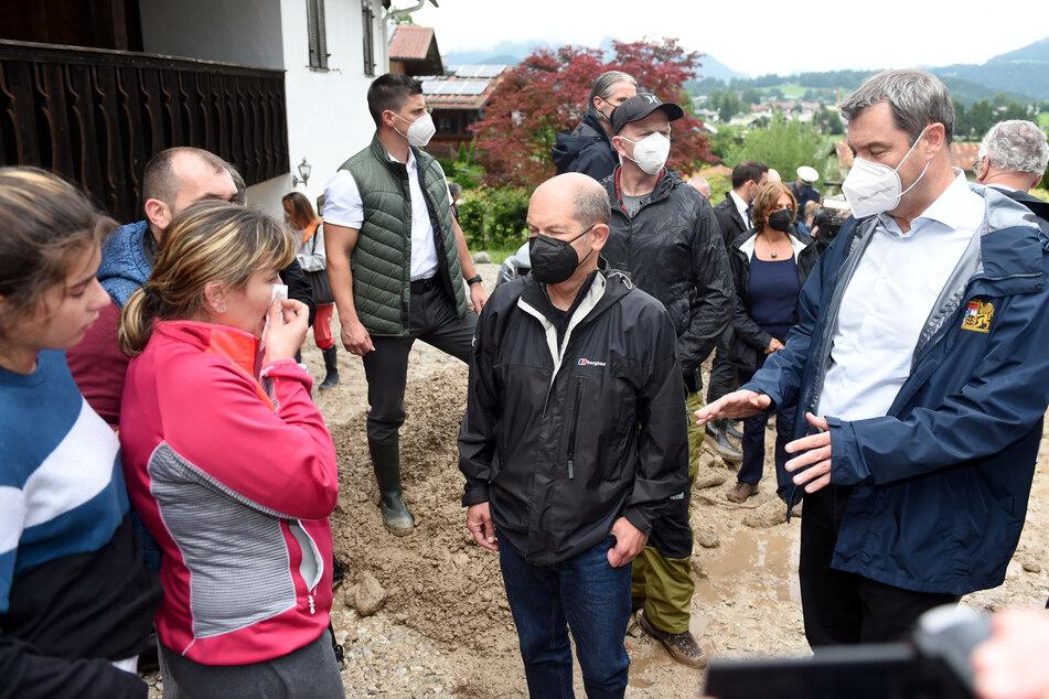 Markus Söder (54, r.), Vorsitzender der CSU und bayerischer Ministerpräsident, und Olaf Scholz (63, SPD, M.), Bundesfinanzminister und Kanzlerkandidat, machten sich vor Ort ein Bild der Lage durch das Unwetter und Hochwasser.