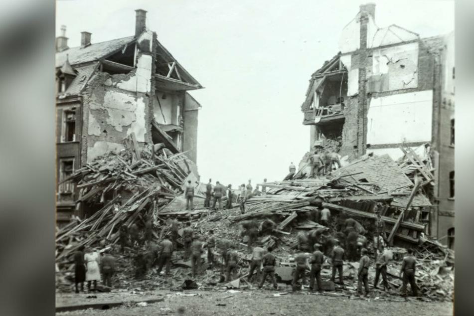Der Hobby-Historiker Lars Buchmann (41) ergatterte Fotos des zerstörten Plauen, wie hier die Reinsdorfer Strasse 49 nach dem Bombenangriff 1944.