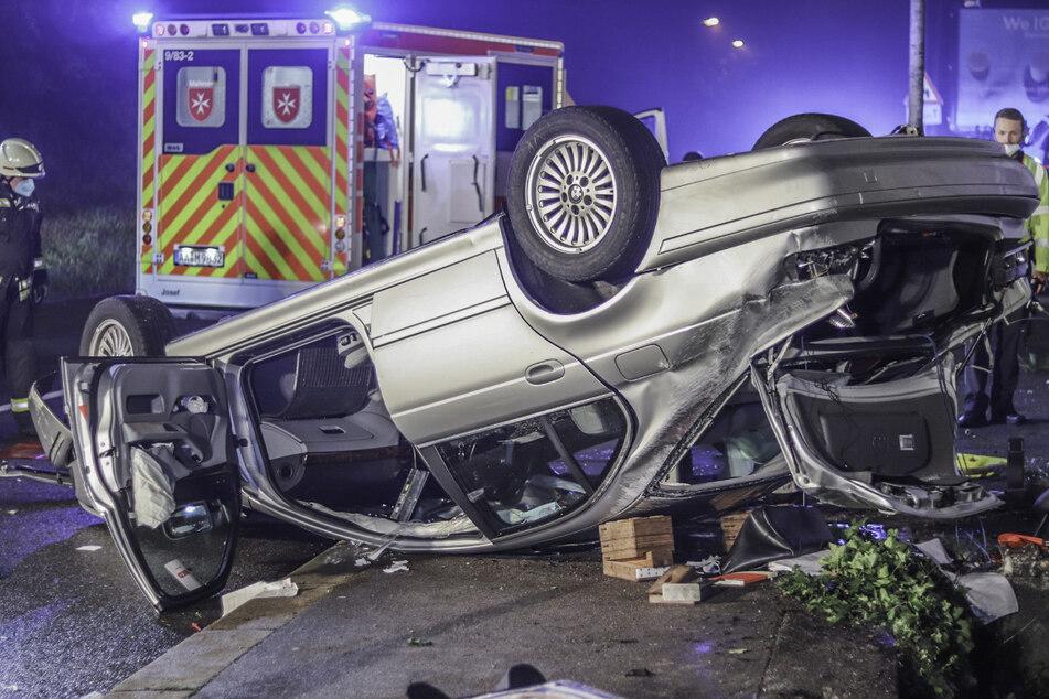 Die Autofahrerin wurde bei dem Unfall in ihrem Wagen eingeklemmt und musste von der Feuerwehr befreit werden.