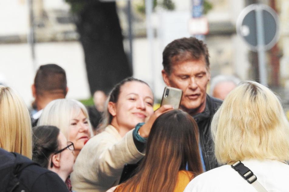 Der US-Filmstar ließ sich auch für Selfies mit seinen Fans Zeit.