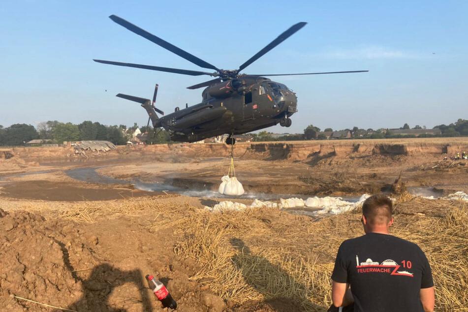 Die Bundeswehr und viele Helfer von THW und Feuerwehr sind an der Kiesgrube in Erftstaft-Blessem im Einsatz.