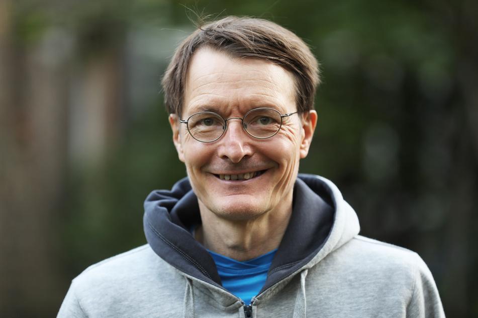 Der SPD-Gesundheitsexperte Karl Lauterbach (57) rät zu Humor in der Corona-Pandemie.
