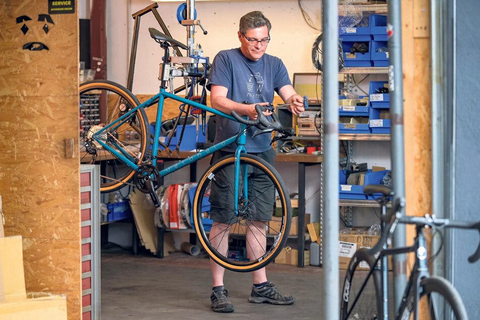 Tankred Spittler (45) bei der Montage eines Rades. Kunden können wählen zwischen Rahmen in Wunschfarbe mit Standardkonfiguration oder Ausstattungen mit hochwertigen individuellen Komponenten.