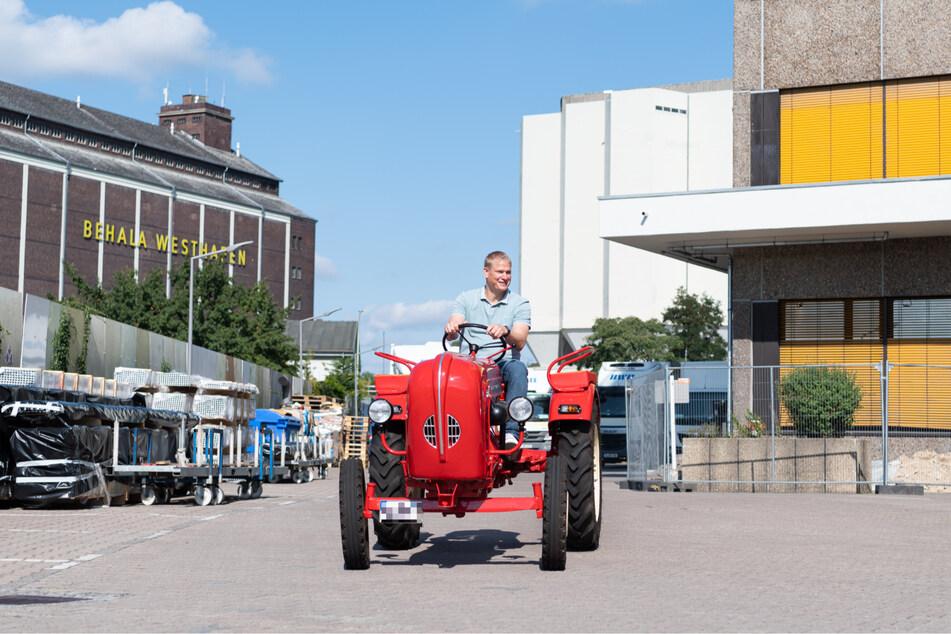 Herthas Mitglied der Geschäftsführung Paul Keuter hatte sichtlich Spaß beim Traktor fahren.