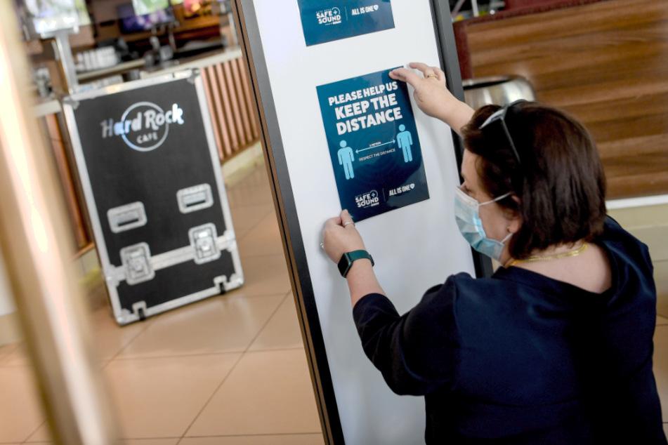 Die bisher wegen der Corona-Pandemie geltenden Abstandsregeln in Gaststätten werden in Berlin gelockert.