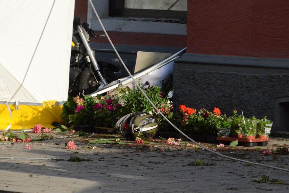 Zwischen den Blumen liegt der Helm des verunglückten Bikers.