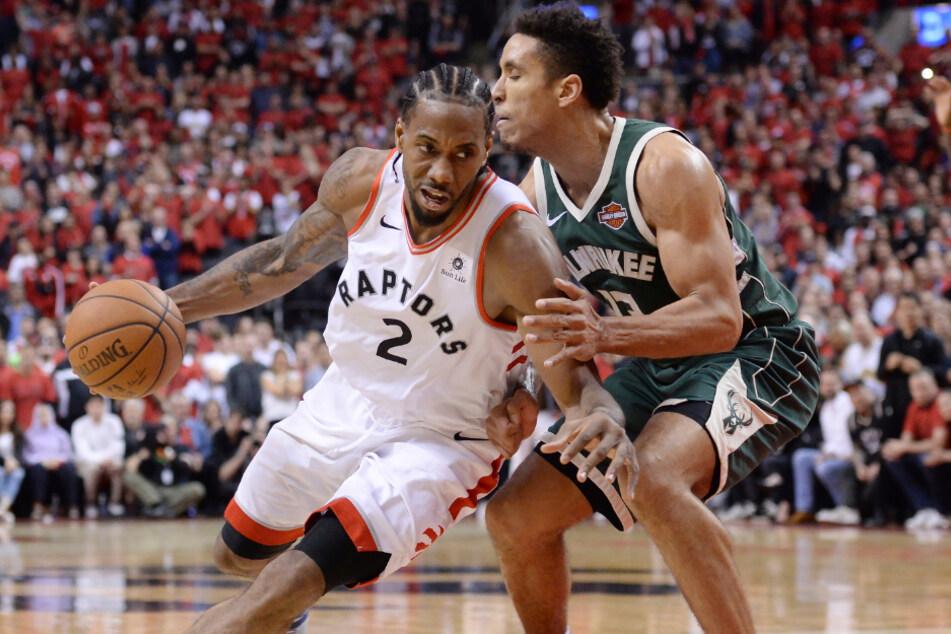 Toronto Raptors Kawhi Leonard (links) in Aktion mit Milwaukee Bucks Malcolm Brogdon.