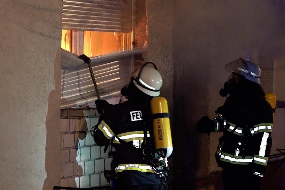 Jalousien wurden heruntergerissen und Fenster eingeschlagen, um die Flammen bekämpfen zu können.