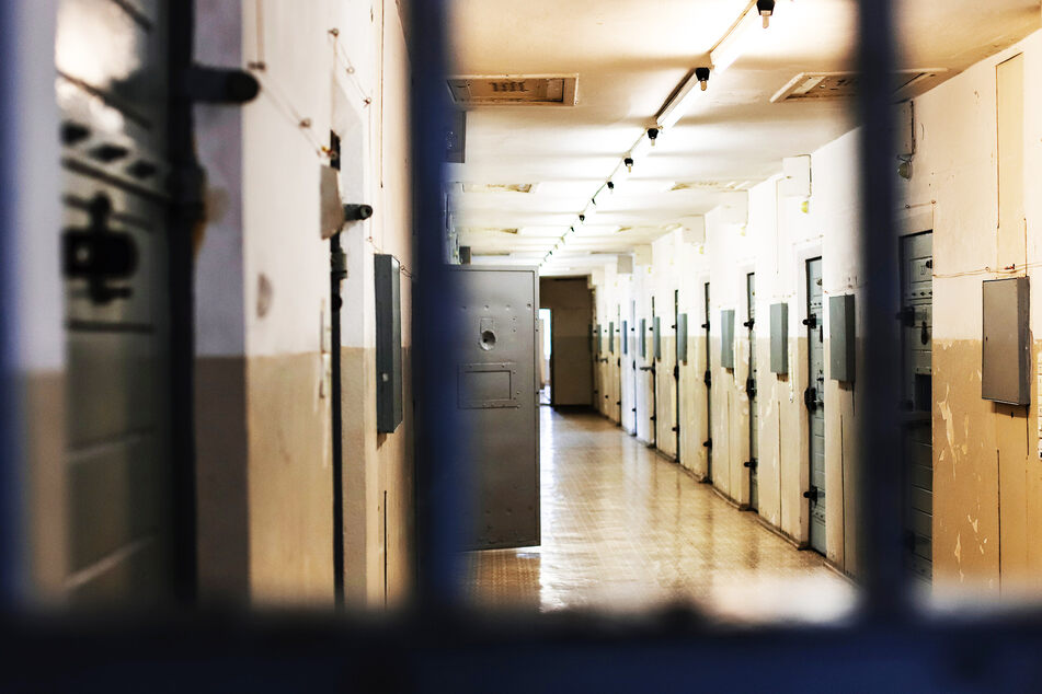 """Nicht das erste Mal: Gefängnis versetzt Beamten, der zu """"hässlich"""" ist!"""