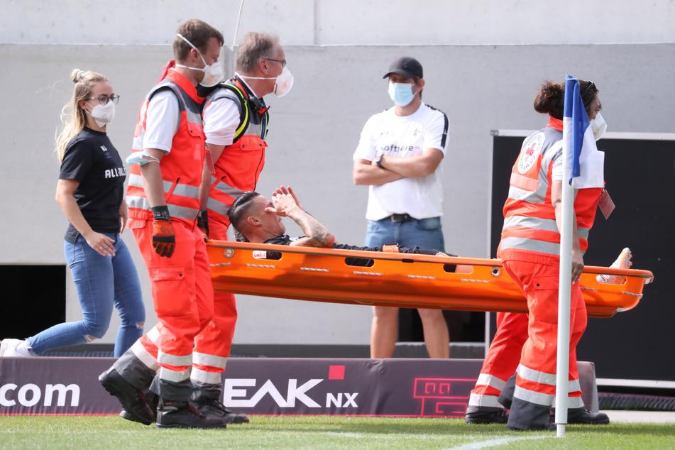 Panagiotis Vlachodimos konnte nicht mehr weiterspielen. Er musste mit einer Trage abtransportiert werden.