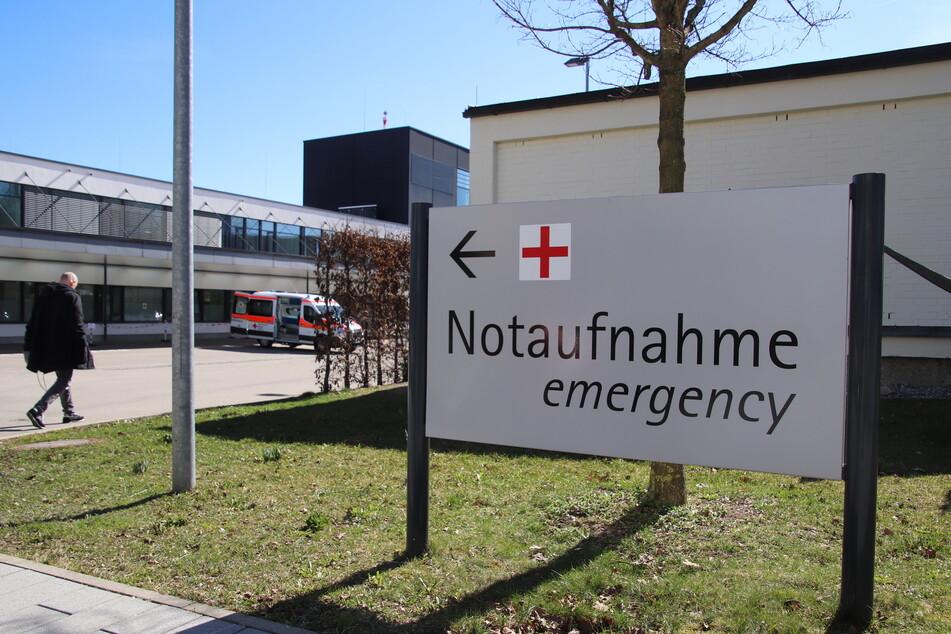 Ein Hinweis auf die Notaufnahme des Klinikums in der Stadt. Eine Bewohnerin eines Seniorenheims Heims ist am Freitag (13.03.2020) mit Atemnot als Notfall in das Kemptener Klinikum eingewiesene worden. Die Frau ist mittlerweile verstorben.