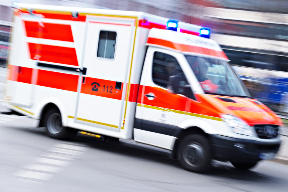 Zwei Autos sind am Mittwochabend in Bayern kollidiert, eine 44 Jahre alte Frau wurde bei dem Crash verletzt. (Symbolbild)