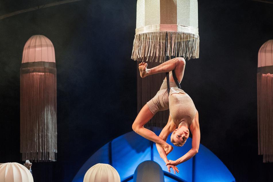 Träumt von Las Vegas: Die Österreicherin Julia hängt unter einem Lampenschirm schmiegsam an den Strapaten.