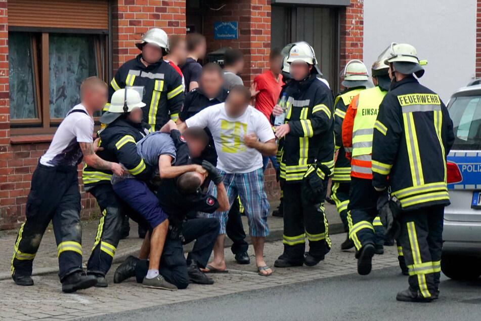 Immer wieder werden Rettungskräfte bei ihren Einsätzen angegriffen. (Symbolfoto)