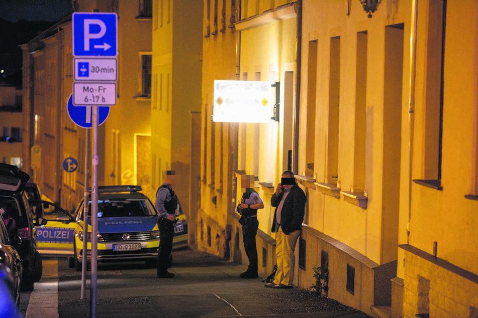 Noch in der Tatnacht bergen Polizisten den Leichnam von Silvia J.