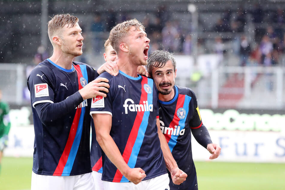 In der 37. Spielminute klingelte es bereits zum zweiten Mal für die Norddeutschen! Kiel-Mittelfeldspieler Joshua Mees (M.) freut sich nach seinem 2:0-Treffer gegen den FC Erzgebirge Aue.