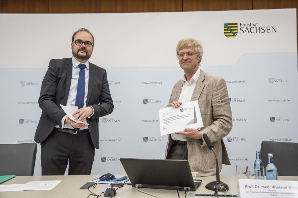 BU-Piwarz-und-Professor: Wieland Kiess (62, r.) vom Uniklinikum Leipzig übergibt die Doppel-Studie Kultusminister Christian Piwarz (45, CDU).