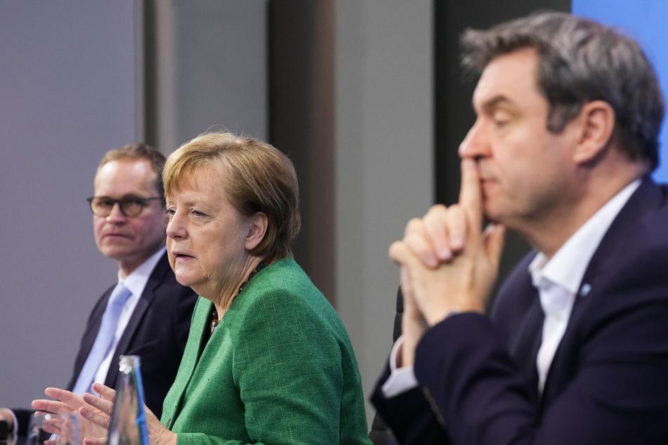 Bundeskanzlerin Angela Merkel (M, CDU), Berlins Regierender Bürgermeister Michael Müller (l, SPD) und Bayerns Ministerpräsident Markus Söder (CSU) nehmen an einer Pressekonferenz im Kanzleramt nach den Beratungen von Bund und Ländern teil.