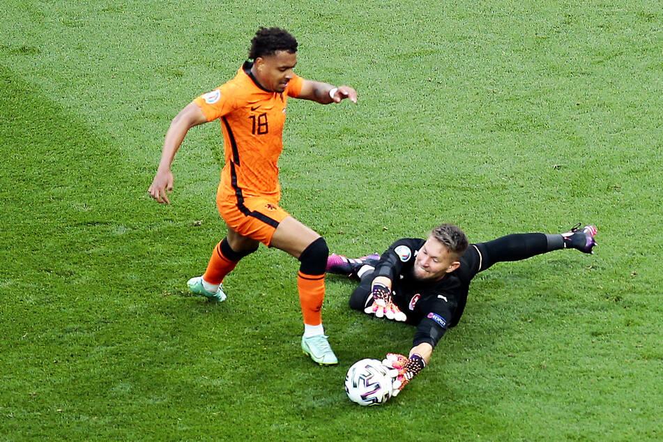 Ein Sinnbild: Donyell Malen (l.) ist einmal durchgebrochen, wird aber in letzter Sekunde noch von Tschechiens Keeper Tomas Vaclik gestoppt.