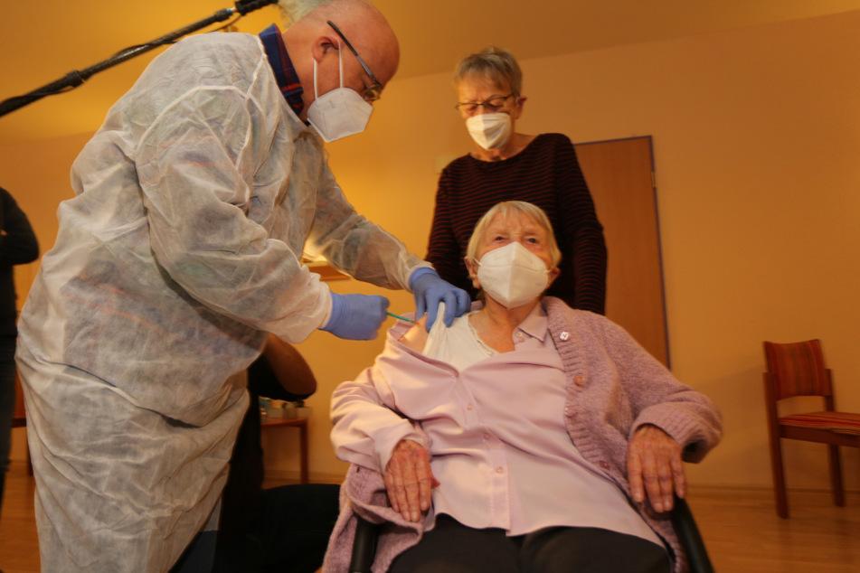 Die 101-jährige Edith Kwoizalla mit Arzt Bernd Ellendt und ihrer Tochter Burg Ruprecht bei der zweiten Corona-Impfung.