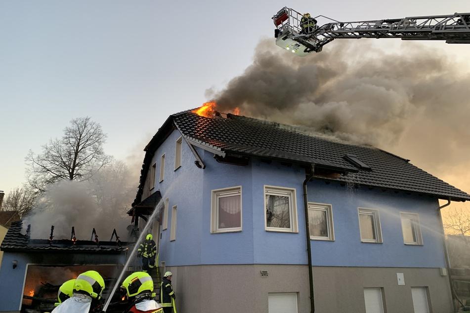 Solarplatten in Flammen: Bewohner bei Löscharbeiten verletzt