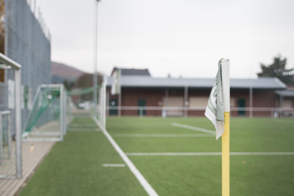 Blick auf einen Fußballplatz.