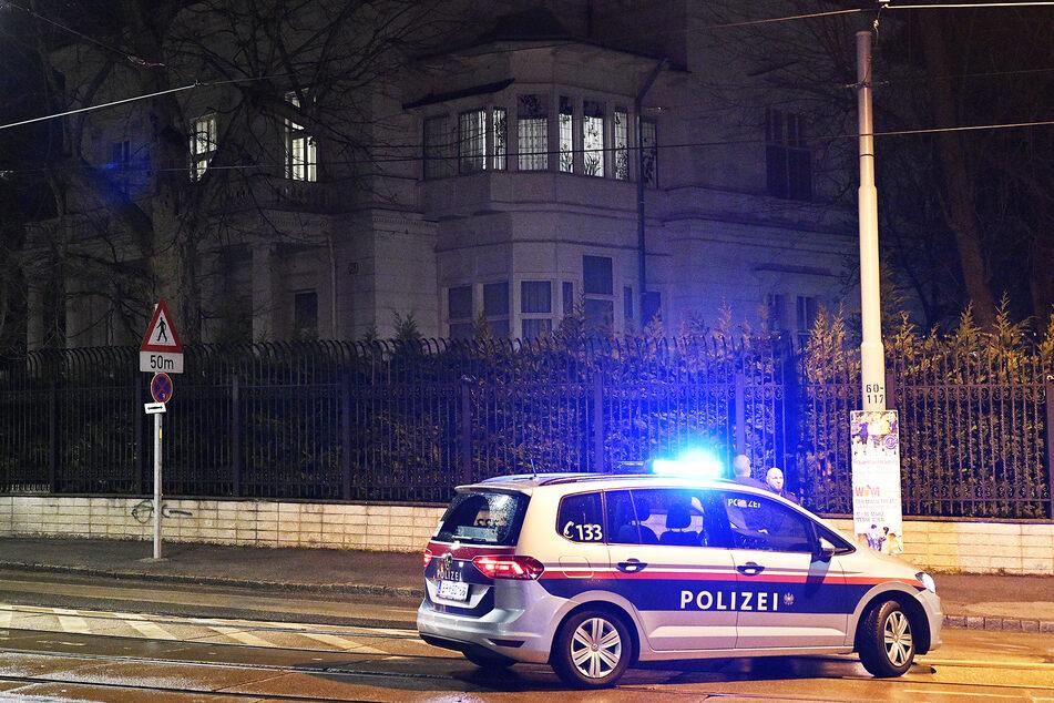 Die Polizei musste zu einer Körperverletzung ausrücken und wurde kurz darauf selbst zur Zielscheibe. (Symbolbild)
