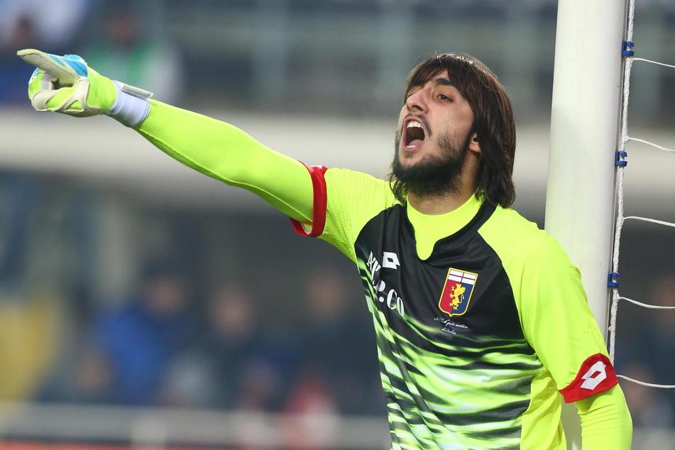 Der italienische Fußballkeeper Mattia Perin gibt Anweisungen.