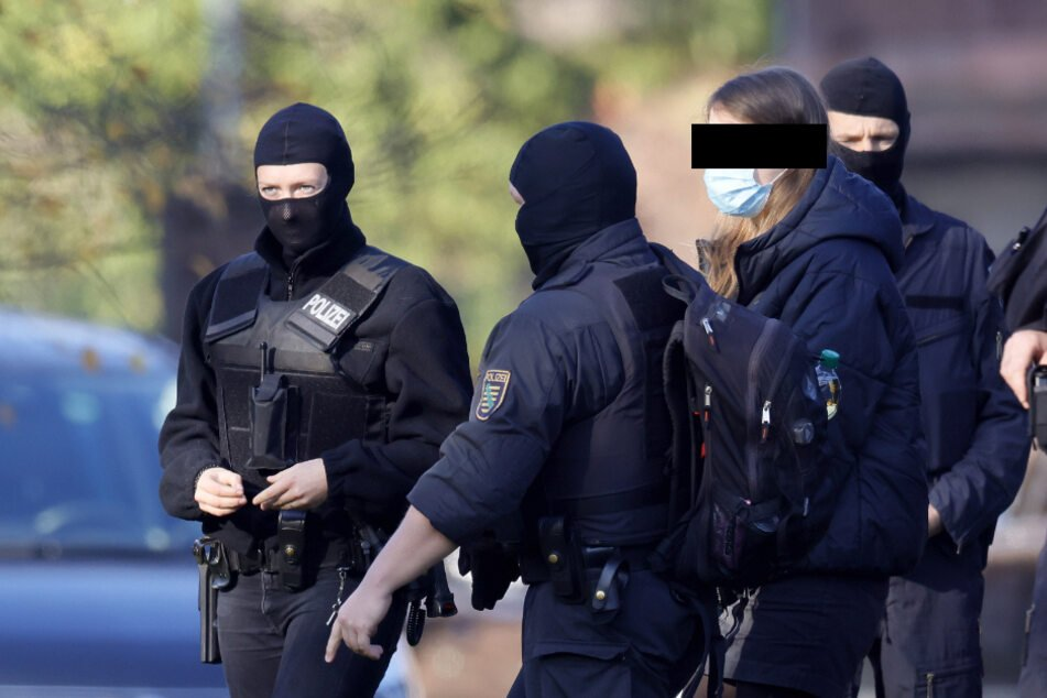 Schwer bewaffnete Beamte begleiten die Leipziger Studentin Lina E. (25), die am Freitag in U-Haft geschickt wurde.