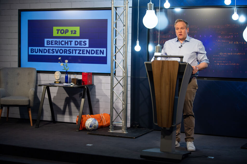 Glühbirnen, Flachbildfernseher und Internet - so sieht das aus, wenn die Junge Union unter Tilman Kuban (34) über moderne Technik redet. Dabei soll TikTok der Partei geholfen haben.