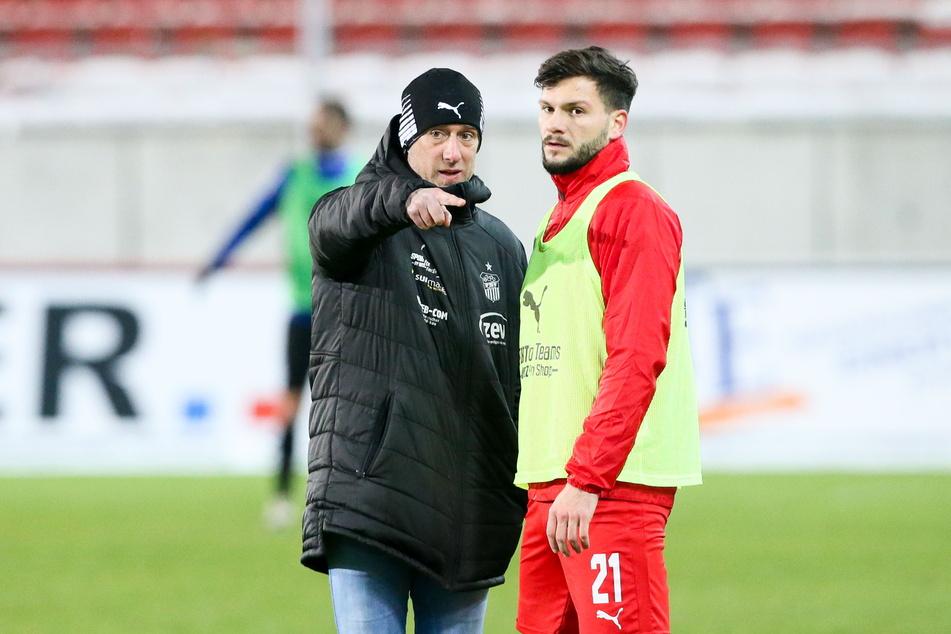 FSV-Trainer Joe Enochs (30, l.), hier mit Marco Schikora (26), hofft heute im Spiel bei Türkgücü München auf einen weiteren Coup seiner Zwickauer Mannschaft.