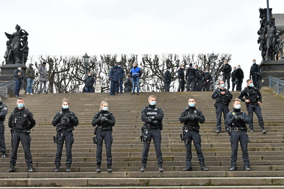 """Die Polizei ist in gesamt Dresden unterwegs. Die Brühlsche Terrasse wurde nach einer nicht genehmigten """"Querdenker""""-Versammlung abgesperrt."""