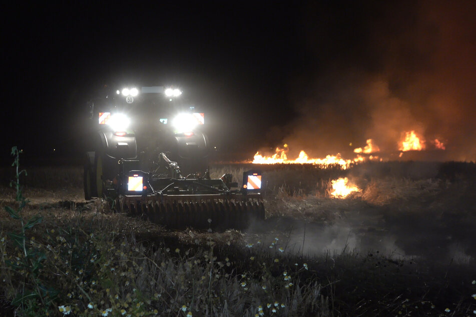 Die Feuerwehr wurde vom Landwirt bei den Löscharbeiten unterstützt.