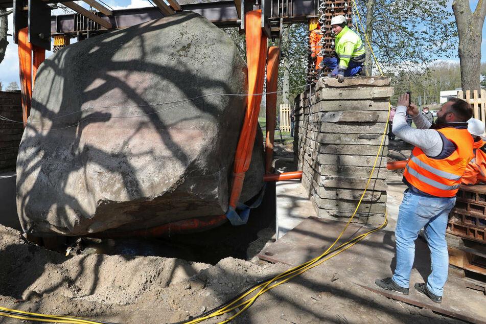 Spektakuläre Hebung von Riesen-Findling kostet etwa 260.000 Euro