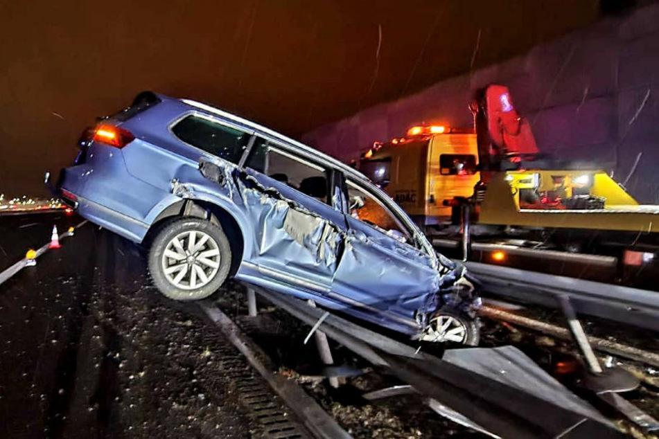 Der Unfallwagen steckt zwischen den Mittelleitplanken fest.