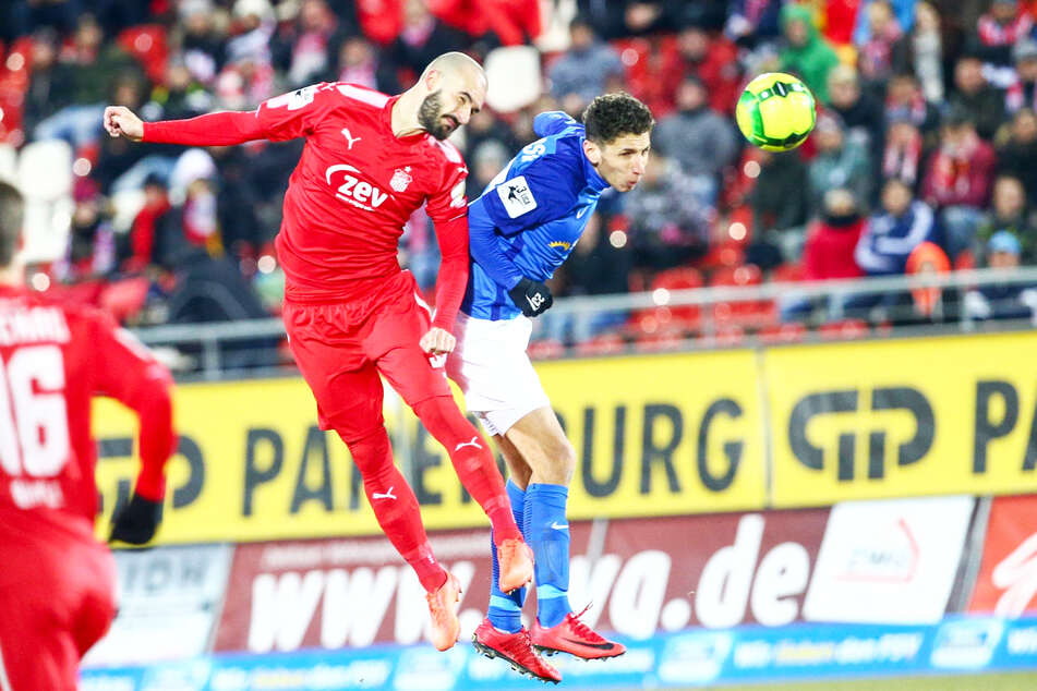 Soufian Benyamina (31, r.) spielte von 2015 bis 2018 für den FC Hansa Rostock, kam 82 Mal zum Einsatz, erzielte 24 Tore und gab drei Vorlagen.
