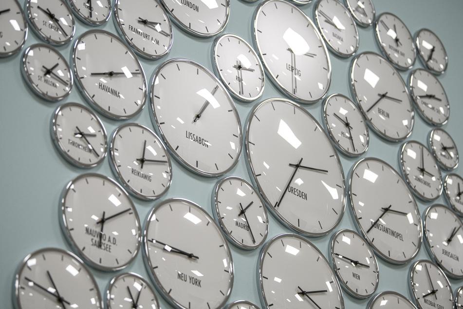 Die Uhren wurden vorgestellt: Dadurch bleibt es ab sofort abends länger hell.