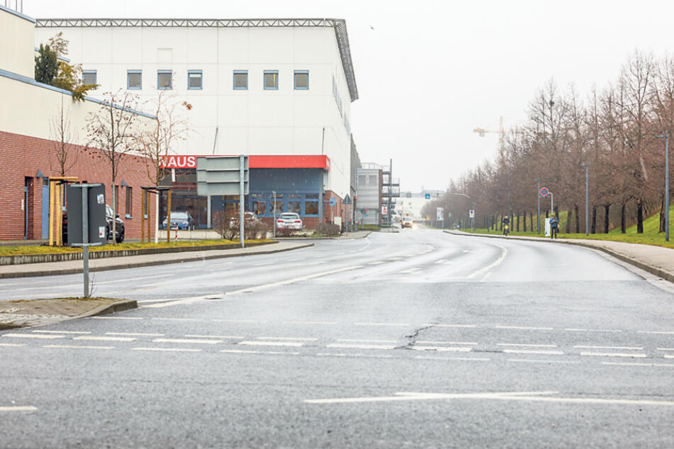 Laut ADFC-Analyse ist die Straße hinter dem Elbe Park eine Privatstraße, Streitereien wie an der durch die DREWAG versperrten Fabrikstraße könnten drohen.