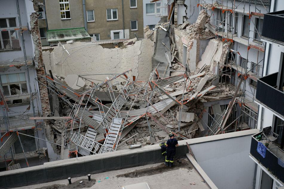 Trümmer liegen übereinander.
