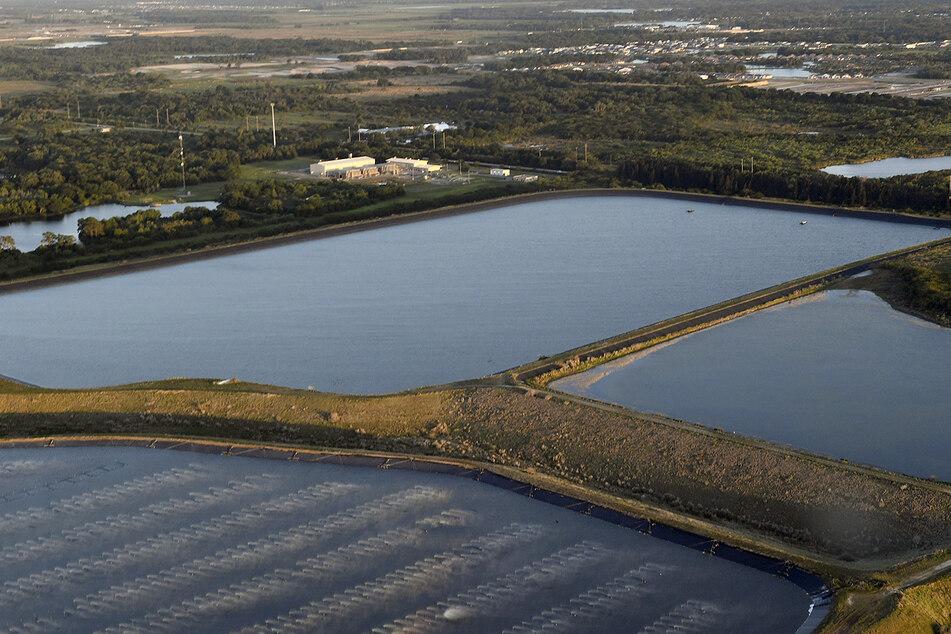 Dieses von einer Drohne aufgenommene Foto zeigt die alte Piney Point Phosphatmine. Nach der Entdeckung eines Lecks im Abwasserbecken des früheren Phosphat- und Düngemittelwerks versuchen Einsatzkräfte, eine Umweltkatastrophe zu verhindern.