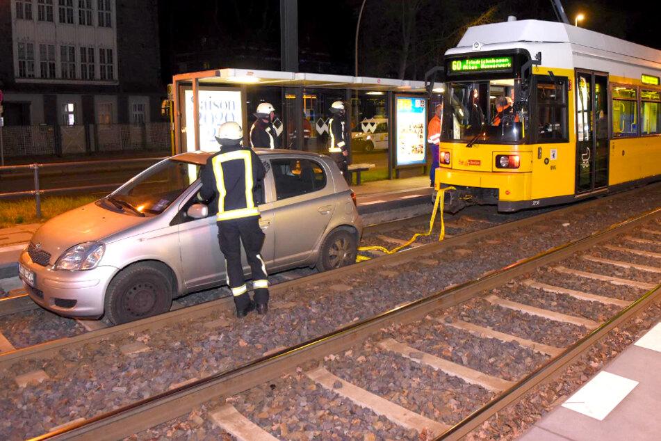 Verirrt? Tram muss Auto abschleppen!