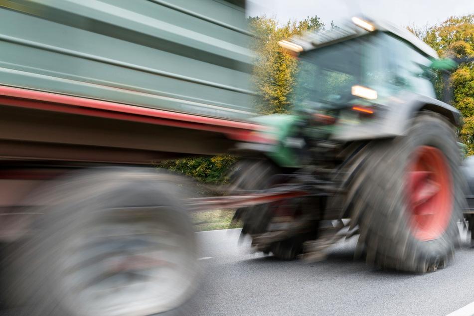 Ein 14-Jähriger ist bei Zolling in Bayern beim Feiern von einem Traktor-Gespann gestürzt und vom Anhänger überrollt worden. (Symbolbild)