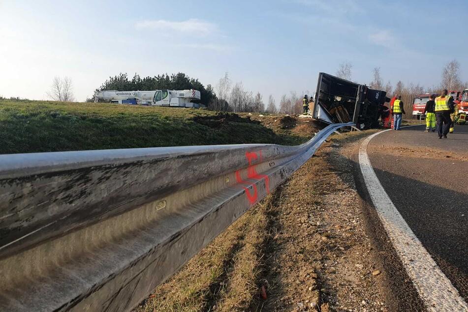 In der Abfahrt Leipzig-Neue Harth stürzte der Lastwagen auf die linke Seite.