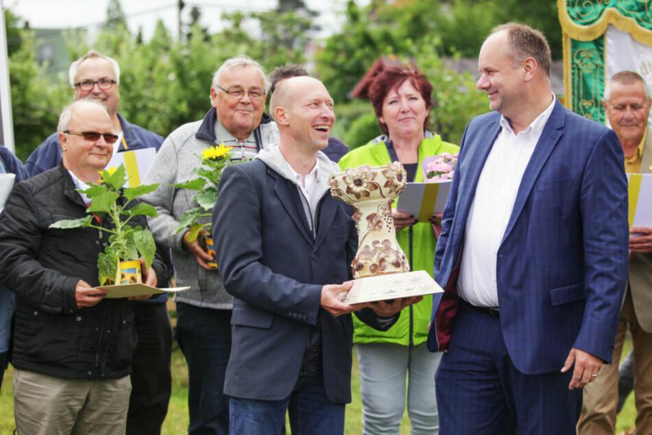 """OB Dirk Hilbert (r.) überreichte den Pokal """"Flora"""" an Wettbewerbssieger Ronny Richter von der Kleingartenanlage """"Am Waldrand""""."""