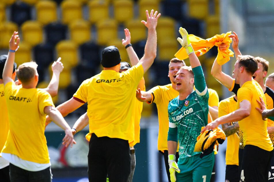 Erleichterung und Freude bei Dynamo Dresden: Die SGD hat gezeigt, dass der Abstieg nur ein Betriebsunfall war und steht vorzeitig als Aufsteiger in die 2. Bundesliga fest.