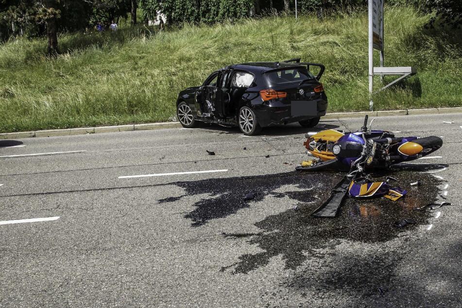Die Autofahrerin in dem BMW wollte offenbar mitten auf der L1183 wenden und leitete damit den Unfall ein.